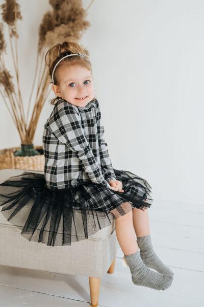 Pilka languota suknelė su tiuliu