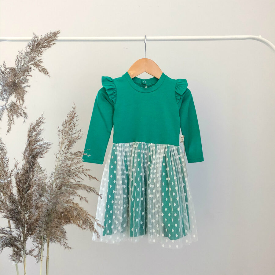 žalia suknelė su tiuliu
