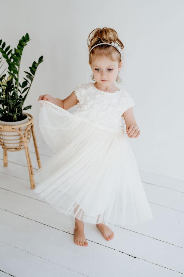 pienos spalvos suknelė su nėriniais ir tiuliu