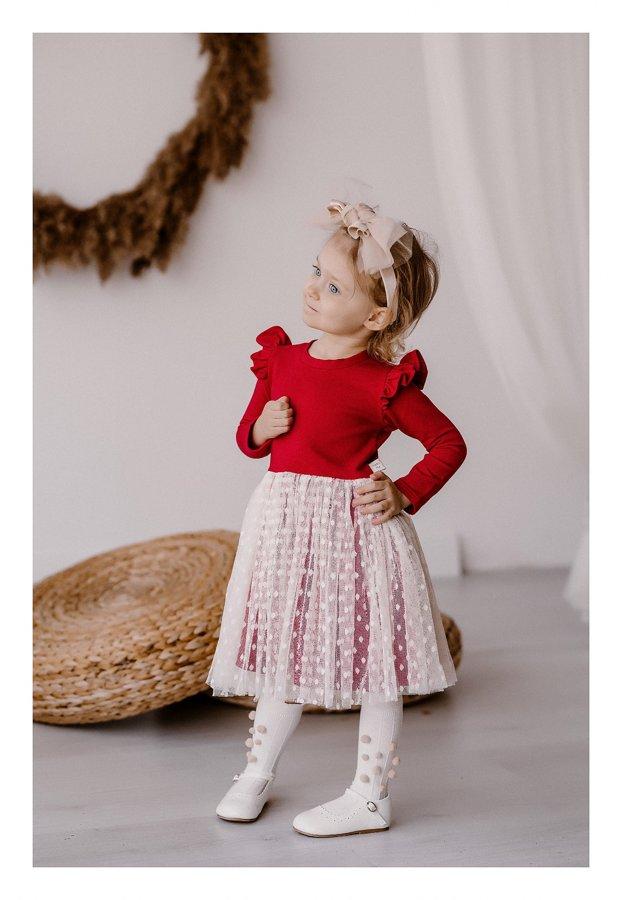 raudona suknelė su sparnais ir tiuliu